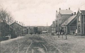 Bredgade i Langå fra starten af 1900-tallet som grusvej. T.v. ses Langå Kro bygget 1898.